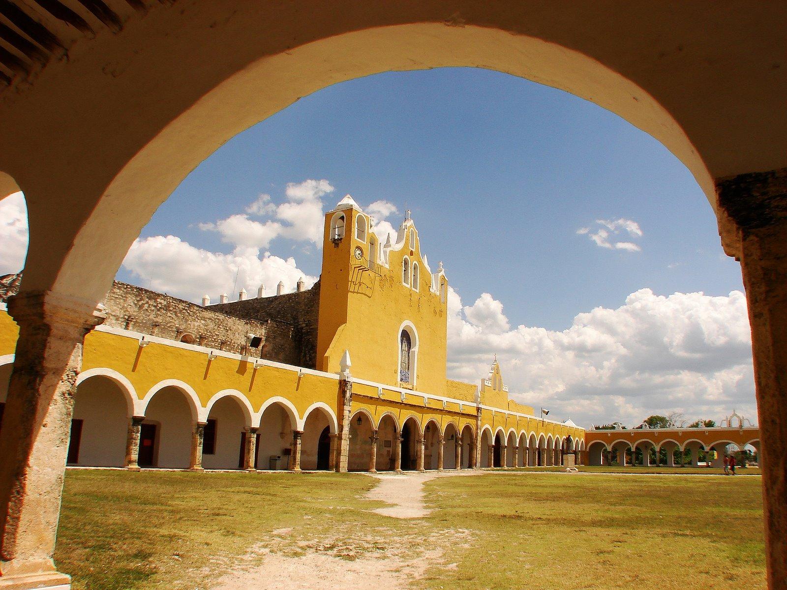 Izamal es conocida como la Ciudad de las Tres Culturas.