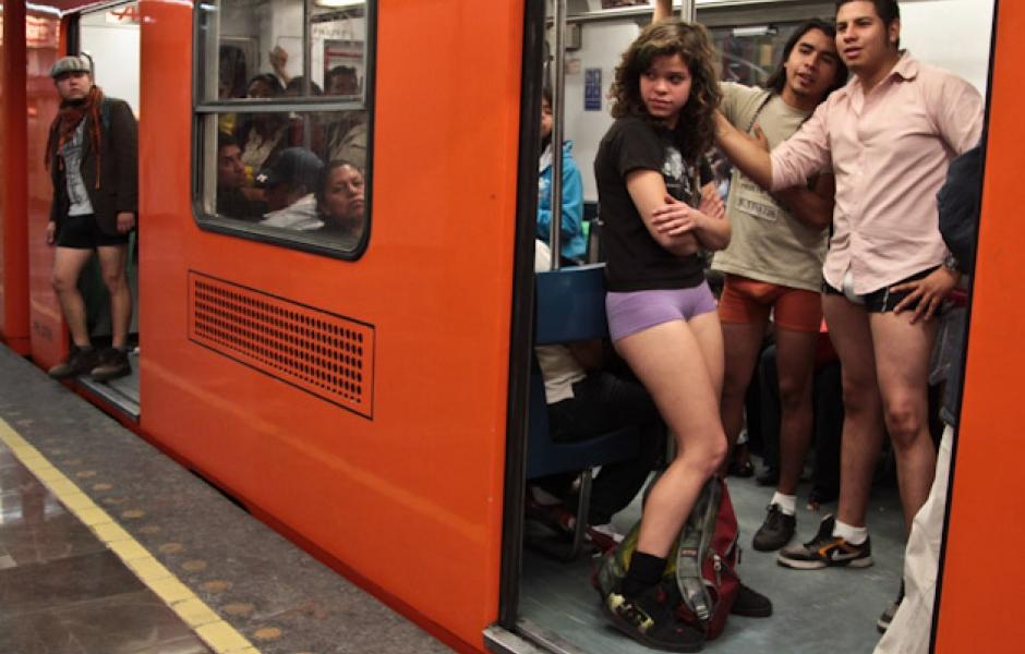 viaja en metro sin pantalones