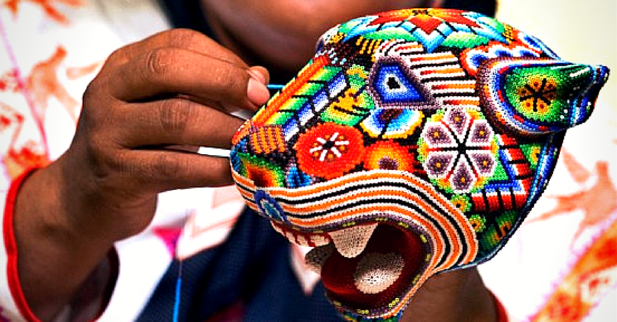 Las artesanías de México conforman un gran acervo cultural por la creatividad de los artesanos mexicanos en cada una de las piezas y sus vibrantes colores. Es precisamente en una comunidad con mucho arraigo a sus tradiciones donde se origina una de las expresiones artísticas más mágicas y representativas del país: el arte wixárika, mejor conocida como huichol.
