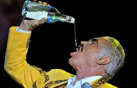 Chente Fernandez con tequila
