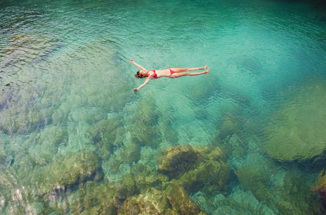flotar en el mar boca arriba