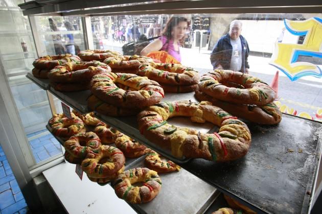 Panaderia Independencia realiza y vende las clasicas Roscas de R