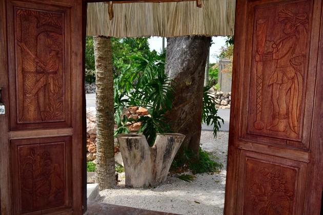 puerta comunidad maya